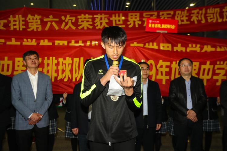 排球队长张洪鑫作为学生代表在欢迎仪式上发言